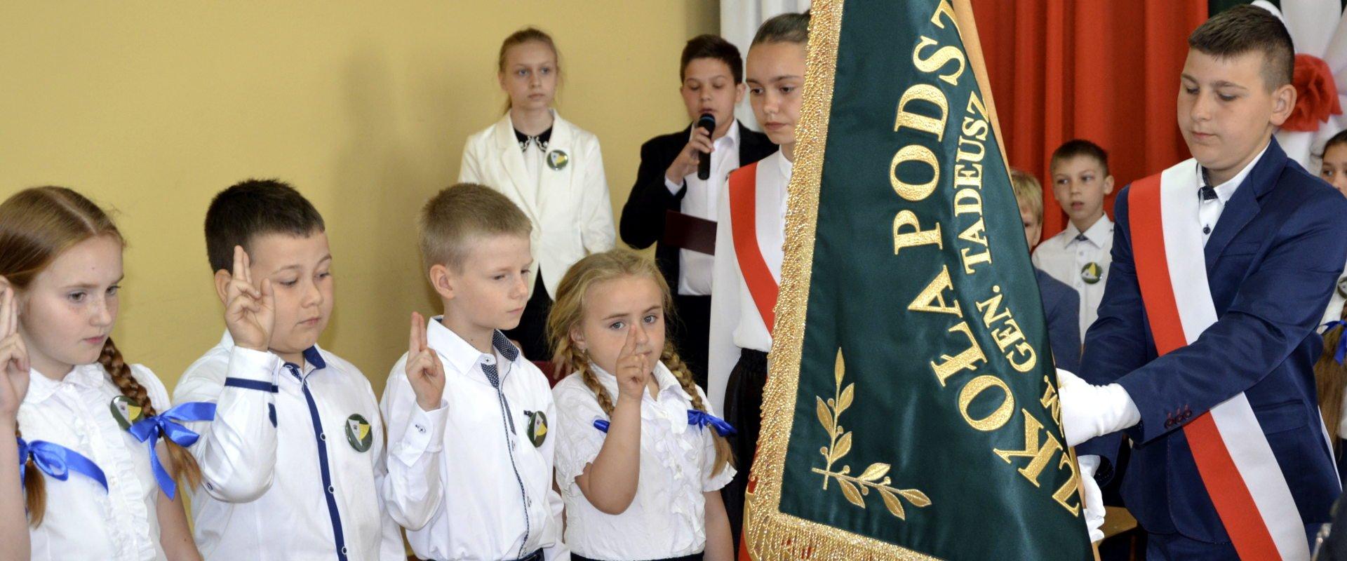 Ślubowanie uczniów SP Bierzwienna przed sztandarem szkoły