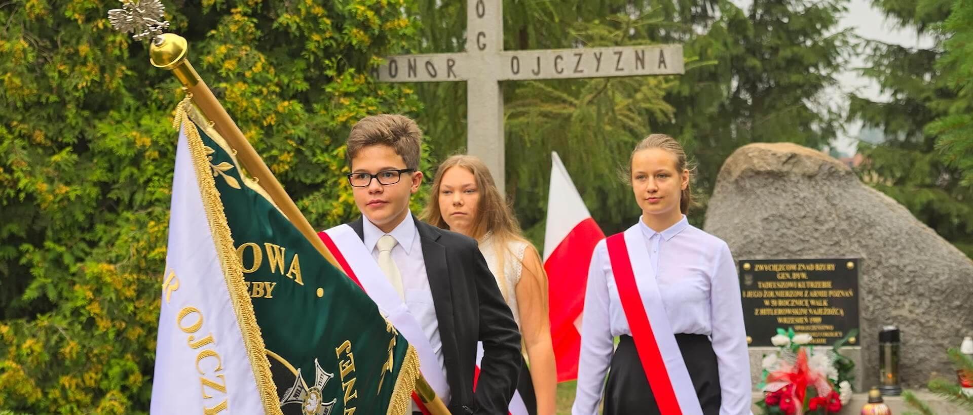 Poczet sztandarowy pod pomnikiem bohaterów bitwy nad Bzurą
